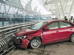 事故名侦探(10)女司机踩错刹车机场撞人